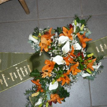 blumiges Trauerkreuz in orange